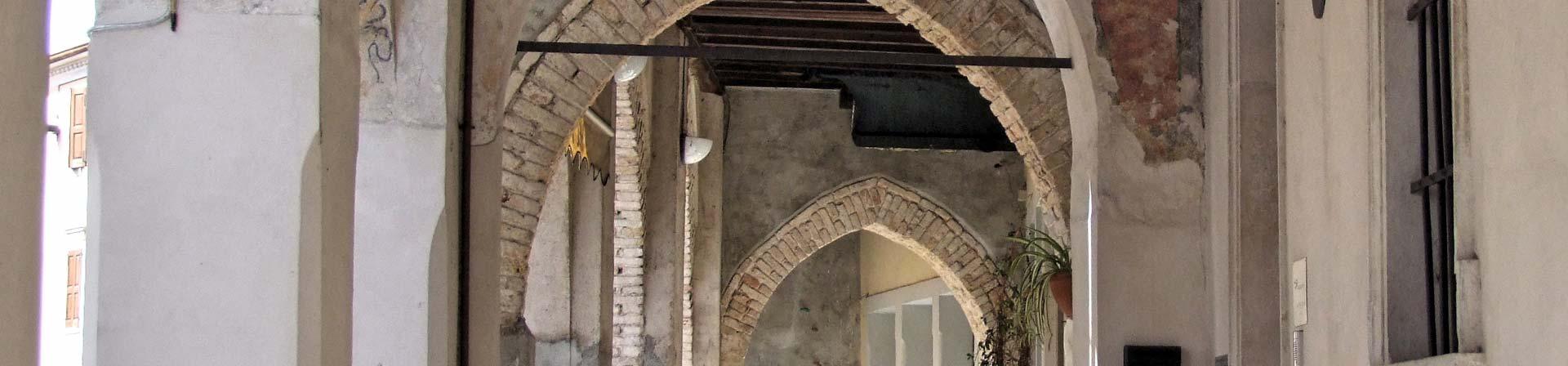 Cosa vedere a Sacile: Ospitale San Gregorio - arcate esterne