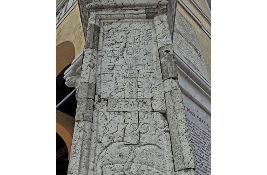 What to see in Sacile: Palazzo Comunale - column detail