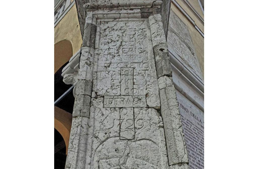 Cosa vedere a Sacile: Palazzo Comunale - particolare colonna
