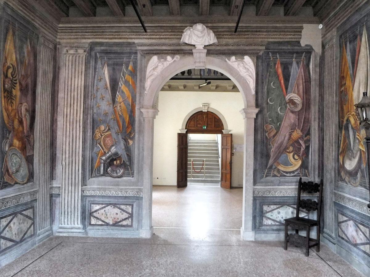 Palazzo Ragazzoni - Saletta bandiere - ingresso