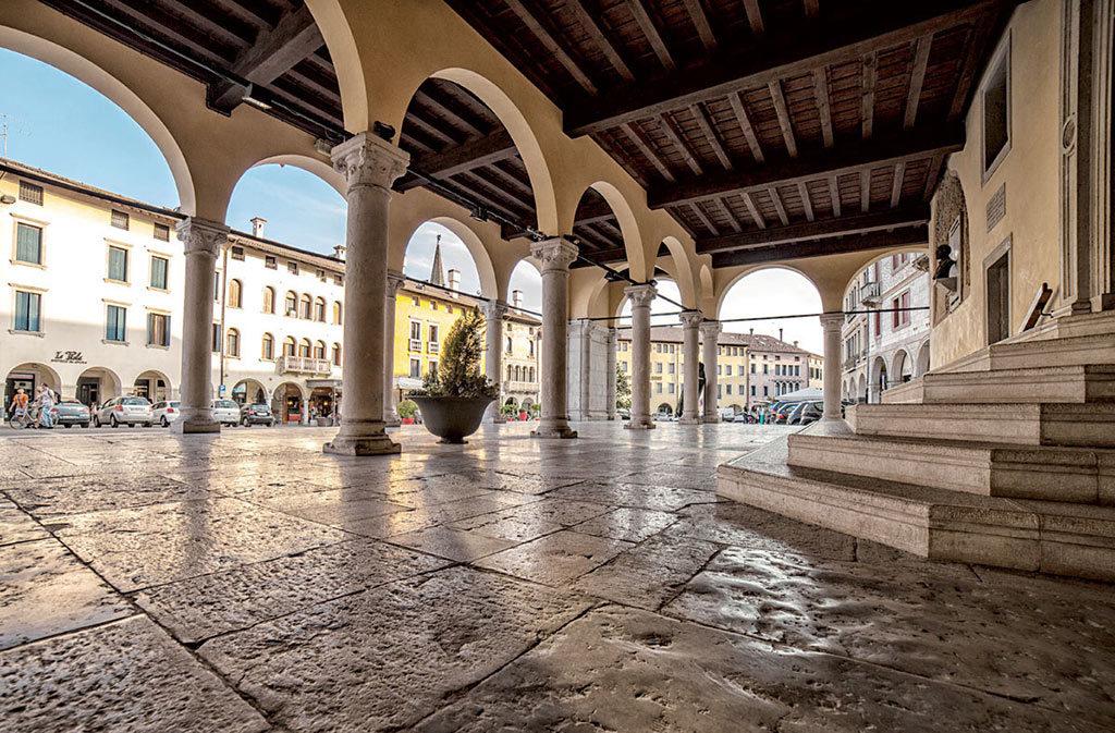 Cosa vedere a Sacile: Piazza del Popolo - portico esterno